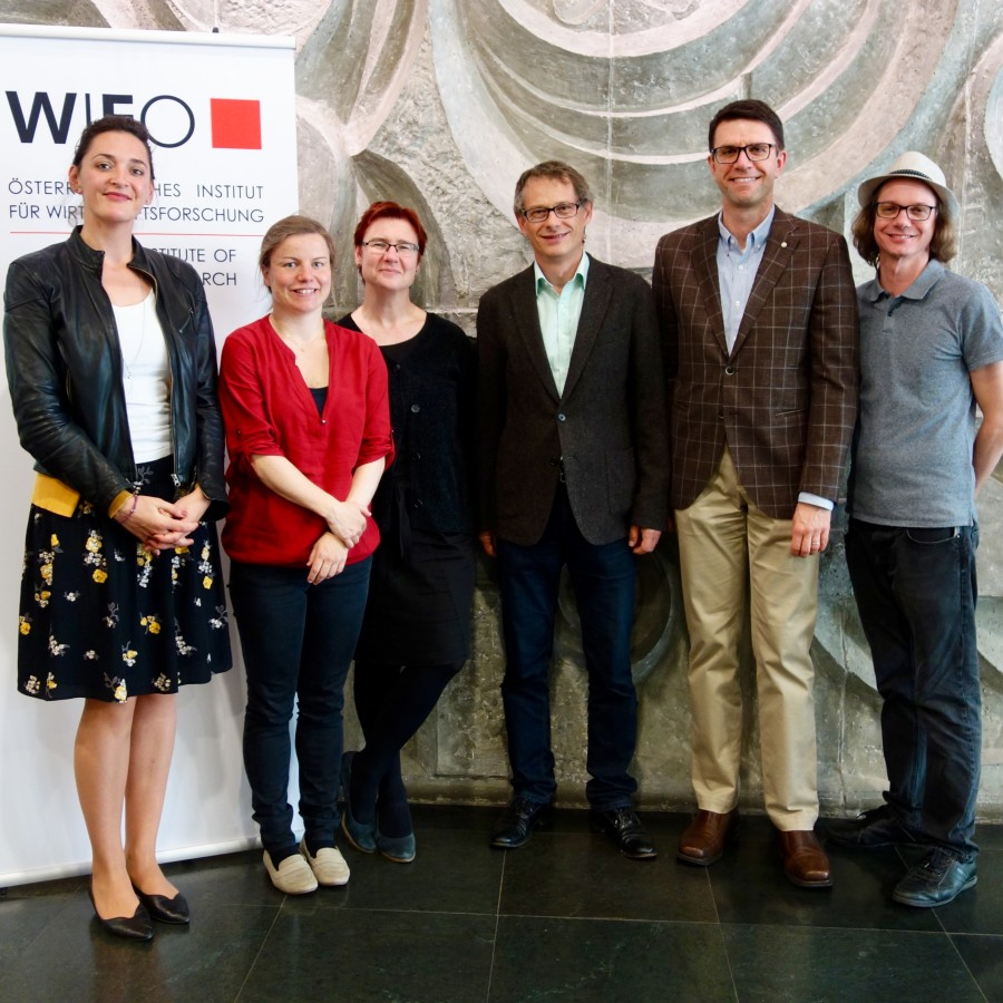 Alexandra Rosa Pfefferle (Director Illinois in Vienna Program), Elisabeth Christen, Margit Schratzenstaller, Oliver Fritz, Kostas Kourtikakis (University of Illinois) und Harald Oberhofer (© WIFO)